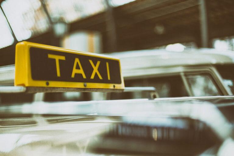 Kreis Nordfriesland und Kommunen übernehmen Taxikosten der Fahrt (Hinfahrt) zum Impfzentrum für 80-Jährige